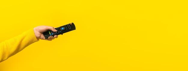 Pilot w ręku na żółto