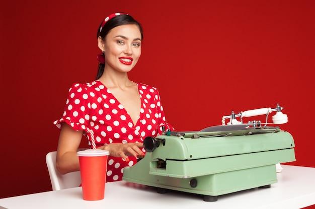Pin up girl pisania na maszynie do pisania