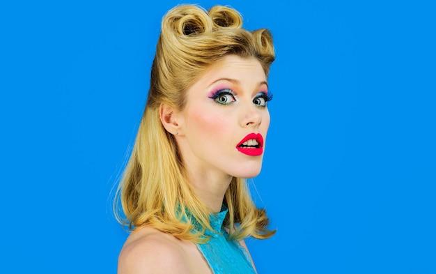Pin-up girl z modnym makijażem. pinup kobieta z mody włosy. ładna dziewczyna w stylu vintage. moda retro.