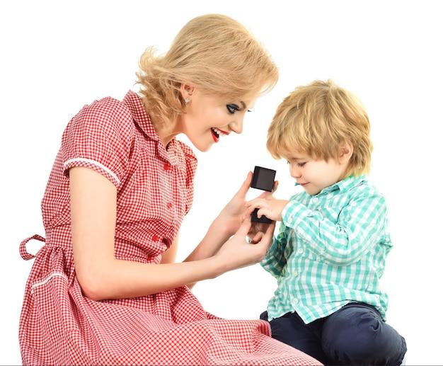 Pin up kobieta z synkiem małego chłopca przedstawia mały prezent na dzień matki pin up kobieta w kolorze czerwonym