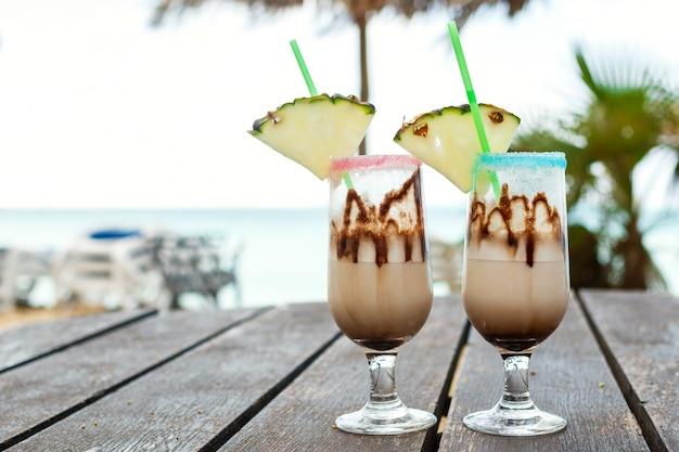 Pina colada koktajl z syropem czekoladowym