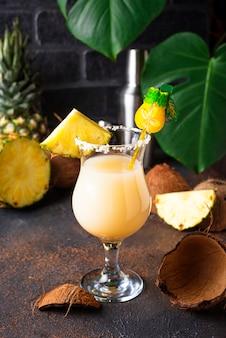 Pina colada. tradycyjny karaibski koktajl
