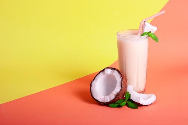 Pina colada - tropikalny koktajl z sokiem ananasowym, mlekiem kokosowym i rumem. świeży letni napój z krakingowym kokosem i miętą