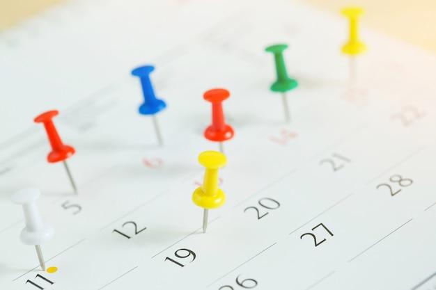 Pinezka w koncepcji kalendarza dla przypomnienia o zajętym terminie i spotkaniu