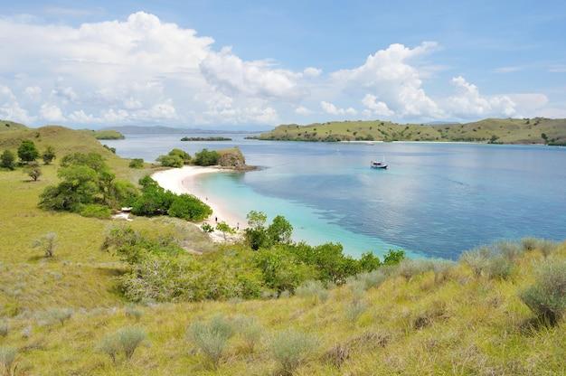 Pink beach, jedna z tropikalnych plaż na wyspie flores w indonezji
