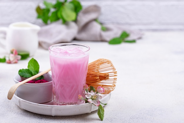 Pink matcha ice latte z mlekiem