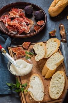Pintxos, tapas, hiszpańskie kanapki na przekąski