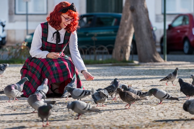 Pinup dziewczyna karmi ptaki