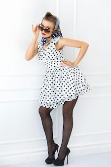 Pinup. dziewczyna w ślicznej sukni
