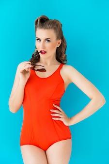 Pinup kobieta w czerwonym stroju kąpielowym