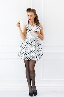 Pinup kobieta w ślicznej sukni