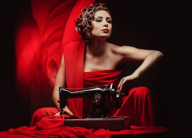 Pinup kobieta z maszyną do szycia