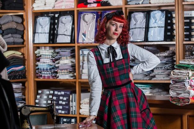 Pinup rocznika dziewczyna w sklepie