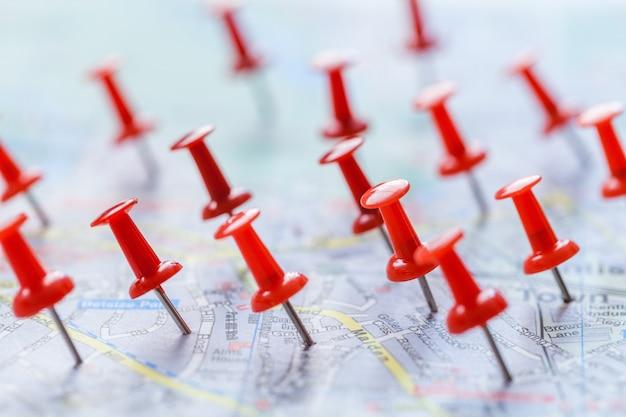 Piny oznaczające lokalizację na mapie