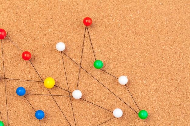 Piny połączone, tworząc sieć