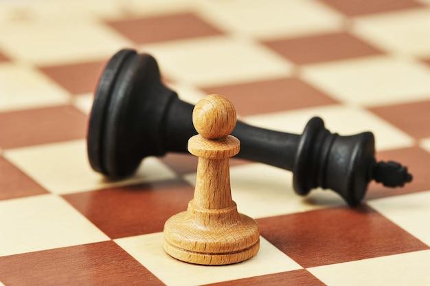 Pionek szachowy i pokonany król