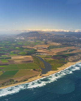Pionowa antena salinas valley w kalifornii, stany zjednoczone