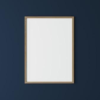 Pionowa drewniana rama na ciemnoniebieskiej ścianie, rama plakatowa