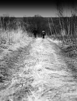 Pionowa jesienna droga z dwoma osobami w tle hd