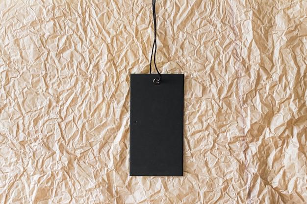Pionowa metka odzieżowa na materiale z recyklingu jako ekologiczne tło zrównoważona moda i markowe laboratorium ...