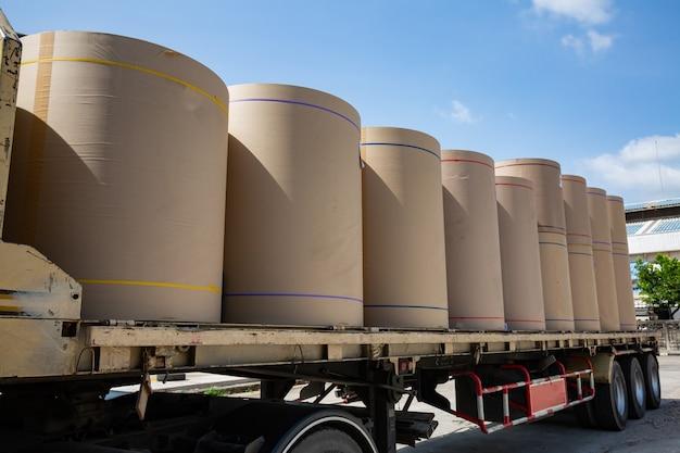 Pionowa oś papieru czekająca na użycie do recyklingu na ciężarówce transportowej