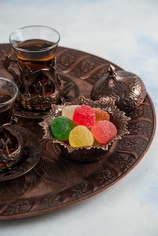 Pionowa tradycyjna herbata. herbata i marmolada