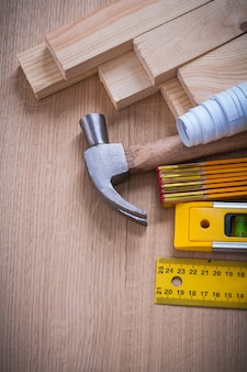 Pionowa wersja drewnianych ćwieków i hammerów z linijką