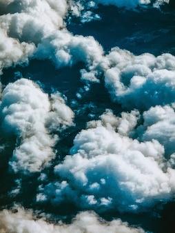 Pionowe, duże ujęcie zapierających dech w piersiach chmur na niebie uchwycone z góry