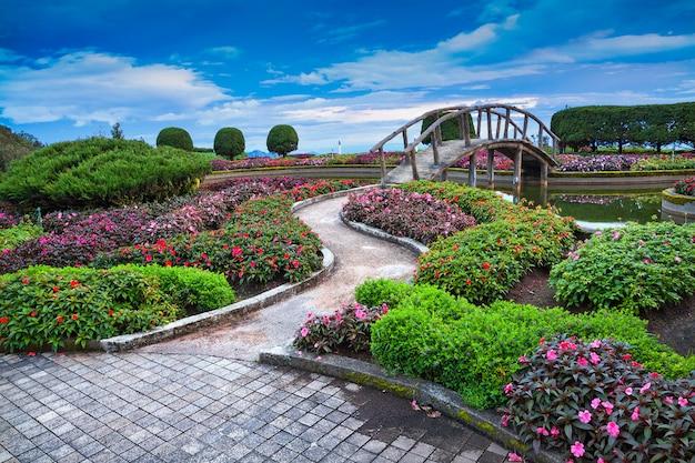 Pionowe kształtowanie krajobrazu w zgodzie z naturą w parku.