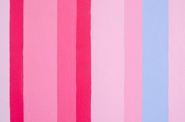 Pionowe malowanie na ścianie