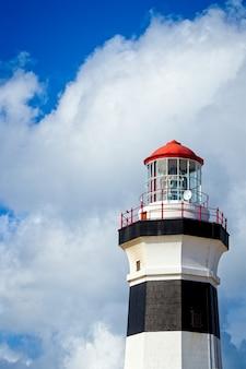 Pionowe niski kąt strzału z latarni morskiej pod piękną chmurą na niebie