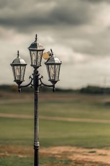 Pionowe selektywne ujęcie ostrości latarni ulicznej w mieście westminster, abbey road