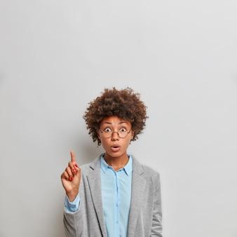 Pionowe strzał zaskoczony młody biznes dama afro american