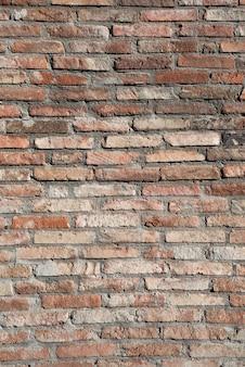 Pionowe tło ramki i tło ściany z czerwonej cegły.