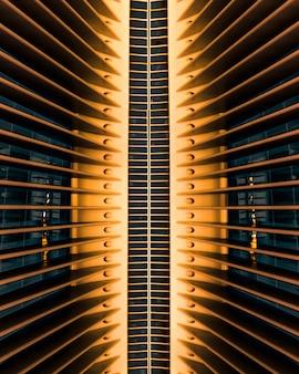 Pionowe ujęcie architektonicznej struktury budynku w world trade center oculus w nowym jorku