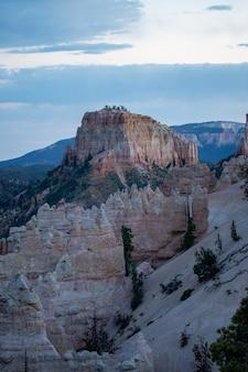 Pionowe ujęcie badlands w parku narodowym bryce canyon w stanie utah, usa
