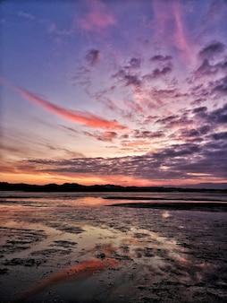 Pionowe ujęcie brzegu morza pod pięknym niebem