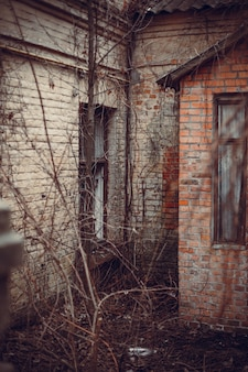 Pionowe ujęcie ceglanego opuszczonego budynku