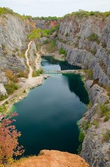 Pionowe ujęcie chronionego krajobrazu czeskiego krasu w czechach