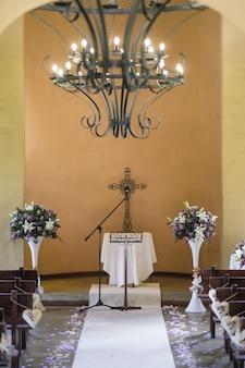Pionowe ujęcie chrześcijańskiej ceremonii ślubnej