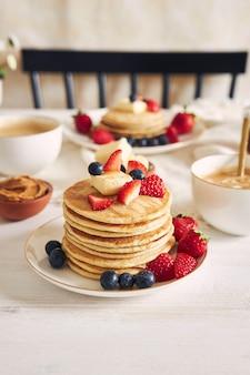 Pionowe ujęcie delicious vegan tofu pancakes with colorful fruits