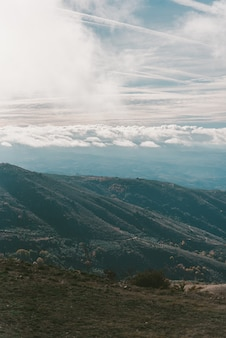 Pionowe ujęcie gór pod błękitne niebo pochmurne