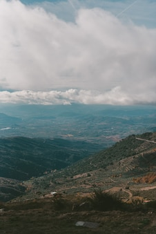 Pionowe ujęcie gór pod zachmurzonym niebem