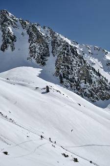 Pionowe ujęcie góry pokryte śniegiem w col de la lombarde isola 2000 we francji