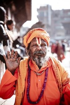 Pionowe ujęcie indyjskiego duchowego mężczyzny
