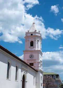 Pionowe ujęcie katedry metropolitalnej w panamie pod błękitnym pochmurnym niebem w panamie
