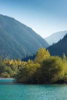 Pionowe ujęcie kazachstanu górskiego jeziora, miasta esik, jesień.