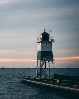 Pionowe ujęcie latarni morskiej i piękny zachód słońca