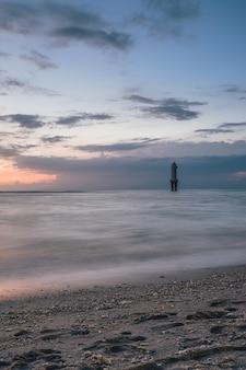 Pionowe ujęcie latarni morskiej na środku morza
