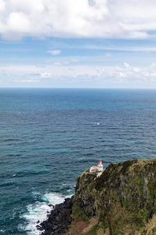 Pionowe ujęcie latarni morskiej ponta do arnel na wyspie sao miguel